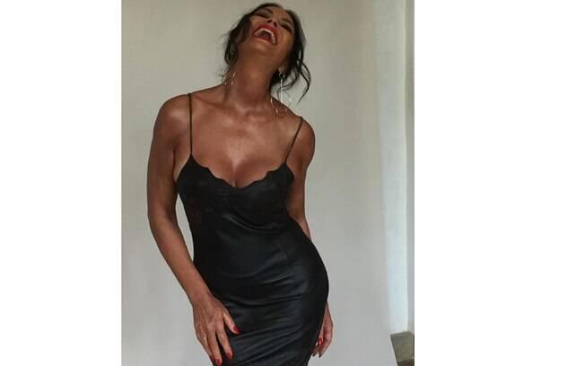 Luiza brunet sensualiza com vestido colado e super decotado nas redes sociais
