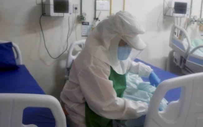 Enfermeira cuida de paciente com suspeita de coronavírus em hospital municipal de Miguel Pereira (RJ)