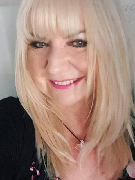 Mulher branca, loira, sorrindo