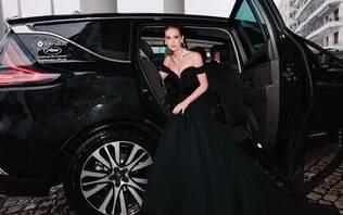 Marina Ruy Barbosa faz graça enquanto dirige em viagem a Cannes