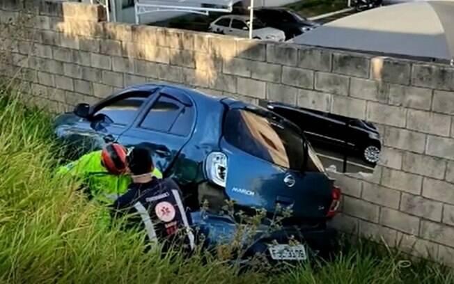 Motorista fica ferido após acidente entre carro em ônibus em Campinas
