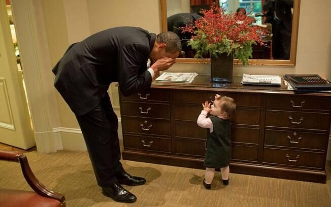 Obama brinca com Maeve Beliveau, filha de um assessor, na Casa Branca (30/10/2009)