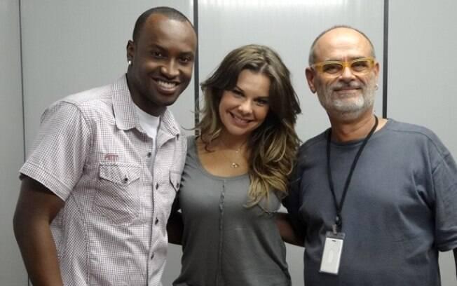 Fernanda Souza e Thiaguinho posam ao lado do diretor Mario Marcio Bandarra