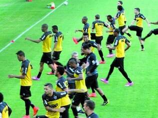 Elenco em foco. Grupo de jogadores já precisava de mais qualidade e ainda perdeu Ronaldinho, que não jogará mais pelo time alvinegro