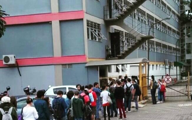 Fila formada por alunos da USP para retirada de cartões da UNE e UMES, no início da semana
