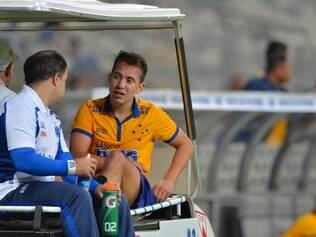 Everton Ribeiro saiu de campo com dores e deu luga a Willian