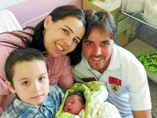 Felicidade.  Após o susto, família comemora a chegada do pequeno Mateus já no quarto do hospital