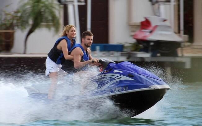Shakira e Piqué andam de jet ski em Miami