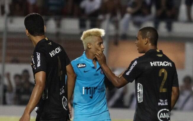 Neymar se envolveu em confusão com Artur e os  dois foram expulsos