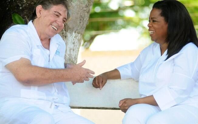 Oprah e João de Deus: apresentadora americana fez entrevistas e tomou passe no centro do brasileiro em Goiás