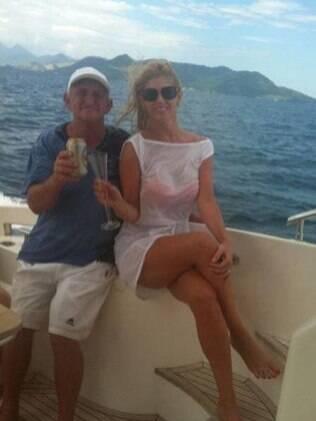 Coincidência ou não, antes de virar garota-propaganda da Skol, Val postou uma foto em seu Twitter na qual brinda com o pai, que segura uma lata da cervja