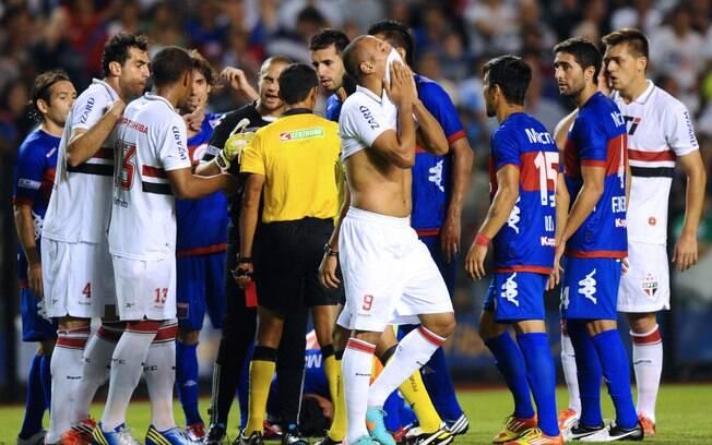Luis Fabiano leva a camisa à boca ao lamentar  expulsão
