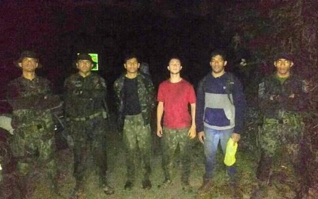 Equipe do COE (Comandos e Operações Especiais) com os jovens que foram resgatados