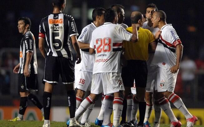 Luis Fabiano reclama, xinga o árbitro e é  expulso no fim do jogo