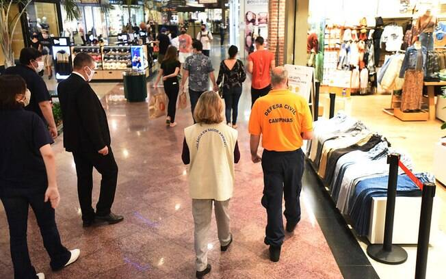 Fiscalização dentro de shopping em maio, quando houve a primeira reabertura do setor.