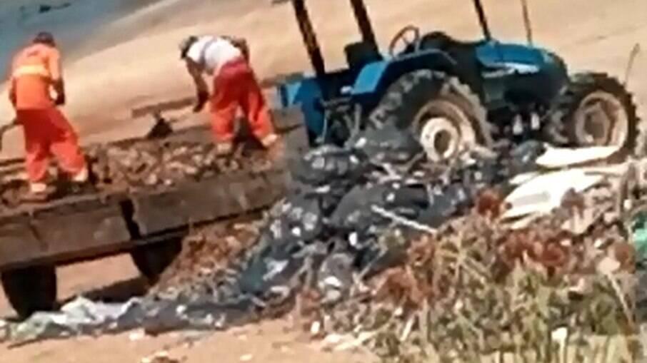 Funcionários depositam lixo na orla da praia