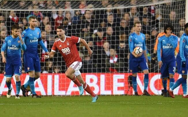 Lichaj comemora o primeiro gol do Nottingham Forest sobre o Arsenal