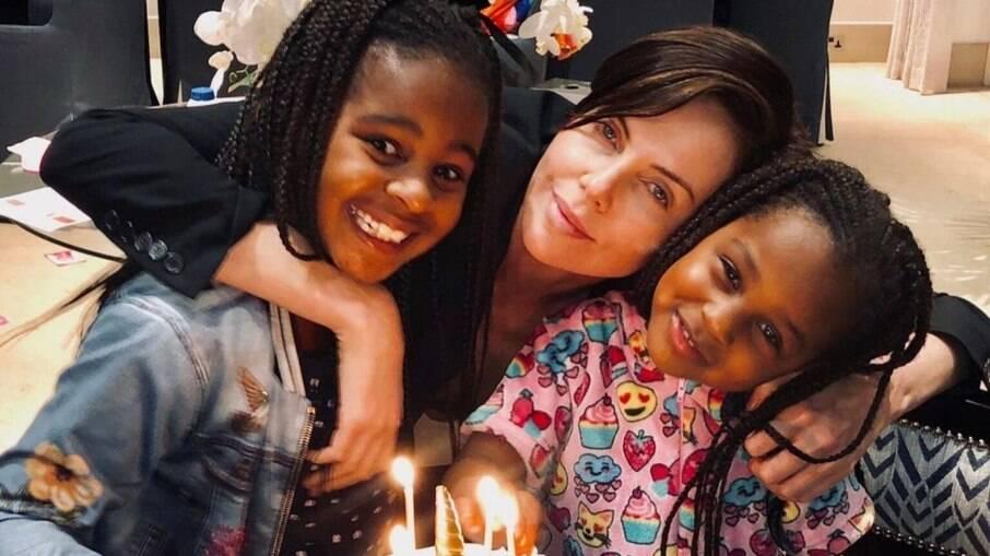 Charlize Theron e suas duas filhas