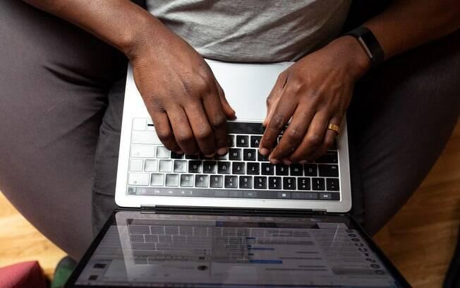 pessoa mexendo em computador