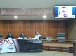 Estudante de intercâmbio nos EUA, Rodolfo Furlan Damiano falou aos deputados via Skype