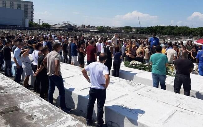 Cerca de 150 pessoas acompanharam o enterro do militar