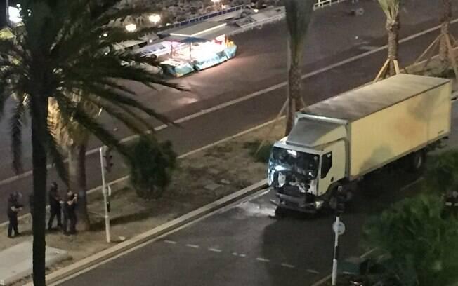 O caminhão andou atropelando a multidão por cerca de dois quilômetros e matou 84 pessoas