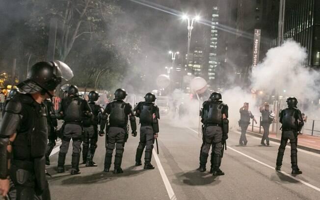 Policiais militares contém convocado pelas frentes Povo Sem Medo e Brasil Popular, na Avenida Paulista, em São Paulo
