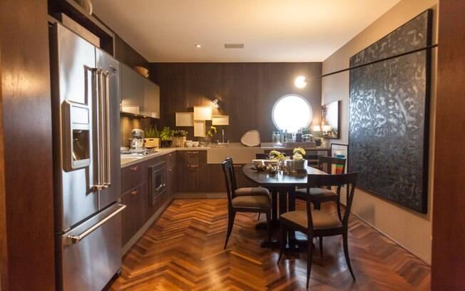 Integrante do Loft Cosmopolita, o espaço gourmet tem móveis da Kitchens e eletrodomésticos da Viking. As bancadas (Corian®) foram feitas sob medida