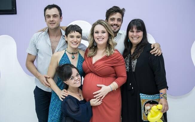 Rafael Cardoso e Mariana Bridi recebem parte do elenco de