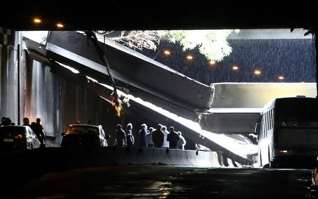Parte do teto do Túnel Acústico Rafael Mascarenhas desabou sobre ônibus, em São Conrado
