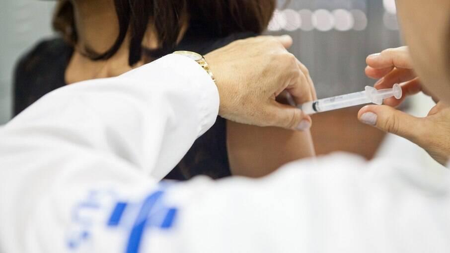 Ministério da Saúde afirmou que dois milhões de doses do imunizante da AstraZeneca, previstas para junho, serão entregues em maio; Arthur Lira não participou de encontro