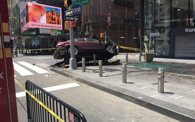 Veículo modelo sedã acabou em cima de pilares fixados na calçada, em frente ao Hard Rock Cafe
