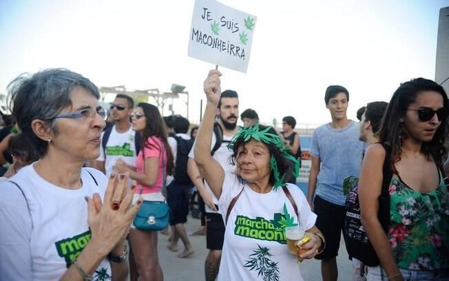 Usuária brinca durante protesto em defesa da liberação da maconha em território brasileiro