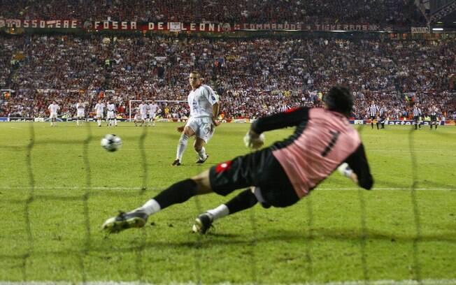 Após empate sem gols, decisão foi para os  pênaltis. O atacante ucraniano Shevchenko acertou  a cobrança que deu o título ao Milan