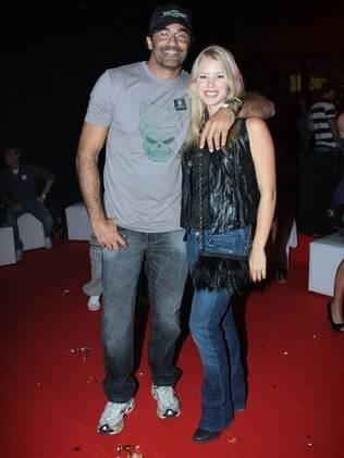 Luciano Szafir chegou ao camarote acompanhado da namorada Julia Rusatsky
