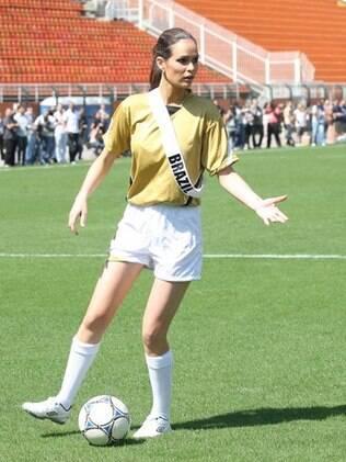 Priscila Machado mostrando que sabe jogar futebol