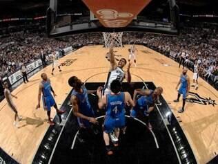 Spurs aproveitou instabilidade adversária, disparou na frente no placar e leva a vantagem na série melhor de sete