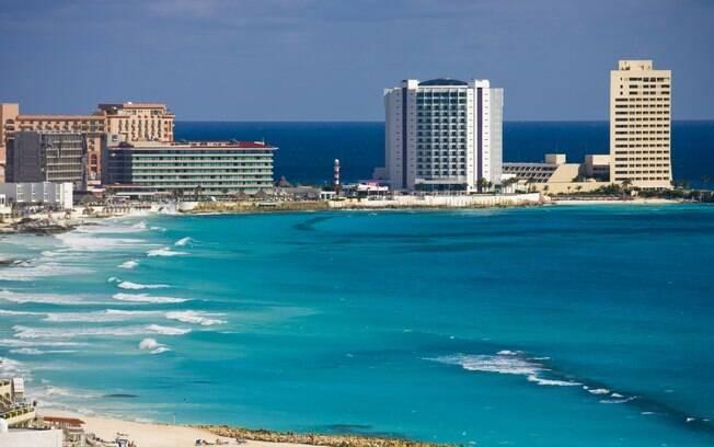 Na Zona Hotelera, os hotéis foram construídos seguindo o fio de areias brancas em direção ao Sul da cidade