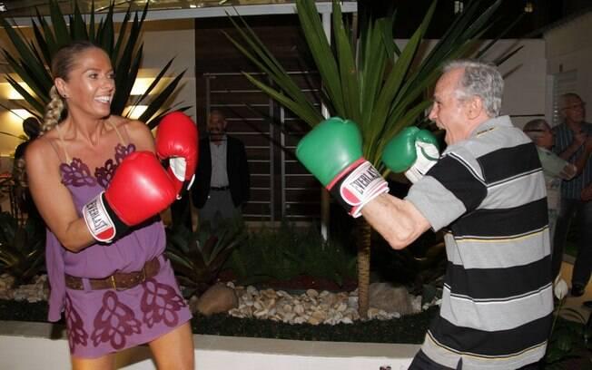 Adriane Galisteu luta com o ex-pugilista Éder Jofre