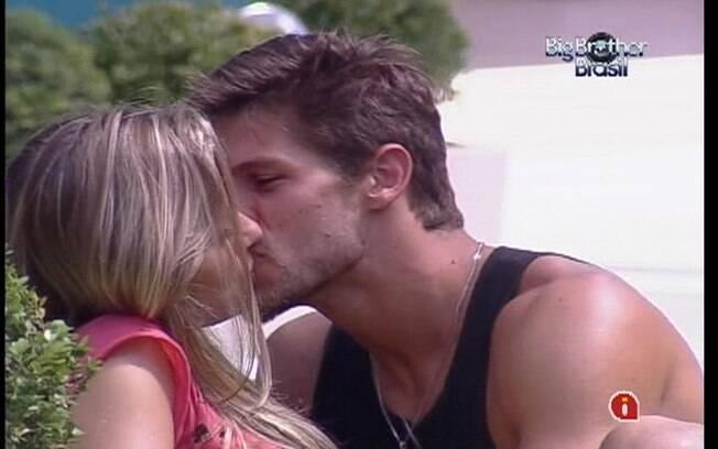 Jonas tasca beijão em Renata após conversa