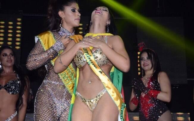 A campeã de 2017 Rosie Oliveira entrega a faixa para Ellen Santana, campeã do Miss Bumbum 2018
