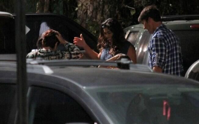 Juliana Paes com o marido, Carlos Eduardo Baptista, e o filho, Pedro, que não aparece na imagem por conta do carro estar na frente
