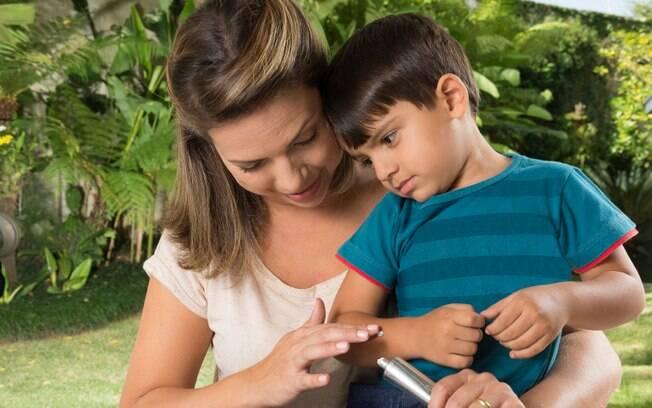 Fique atento aos cuidados na hora de passar o repelente nas crianças