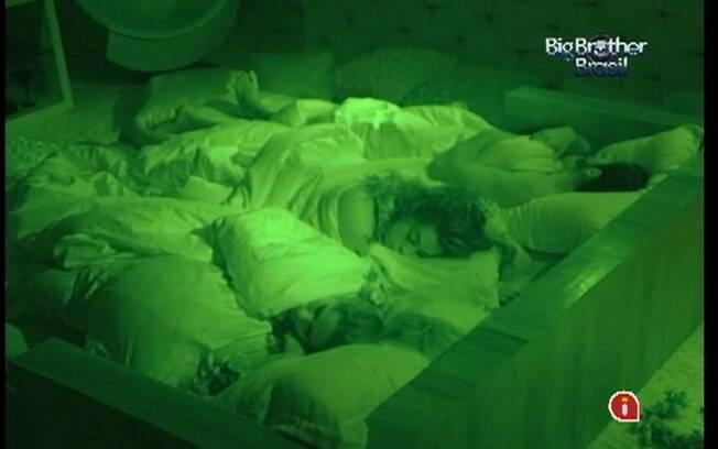 Renata e Monique dormem tranquilas no Líder