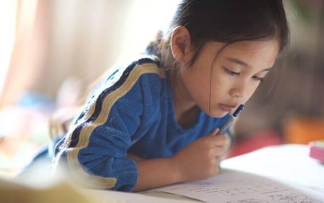 Durante o recesso, fazer uma revisão ou reforçar as matérias que a criança tem dificuldade é válido, mas sem exagerar
