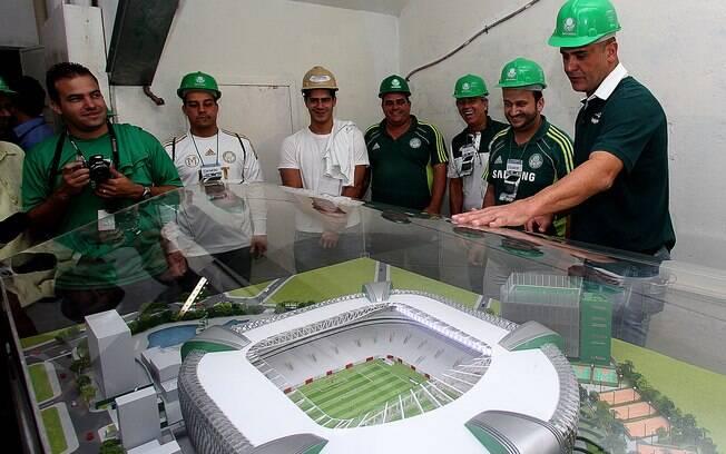 Ex-goleiro Marcos admira a maquete do novo  estádio do Palmeiras