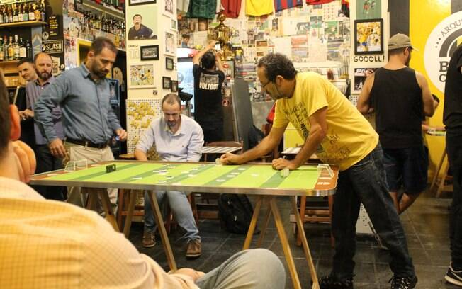 Cerca de 56 pessoas participam da liga de futebol de botão do bar arquibancada botões clássicos
