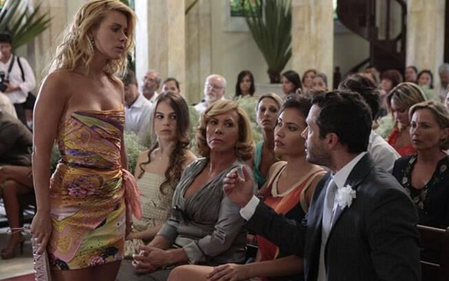 Teodora aparece no casamento e anuncia que está grávida