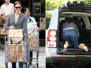 Jennifer Garner entra no porta-malas do carro para ajeitar o espaço e guardar as compras