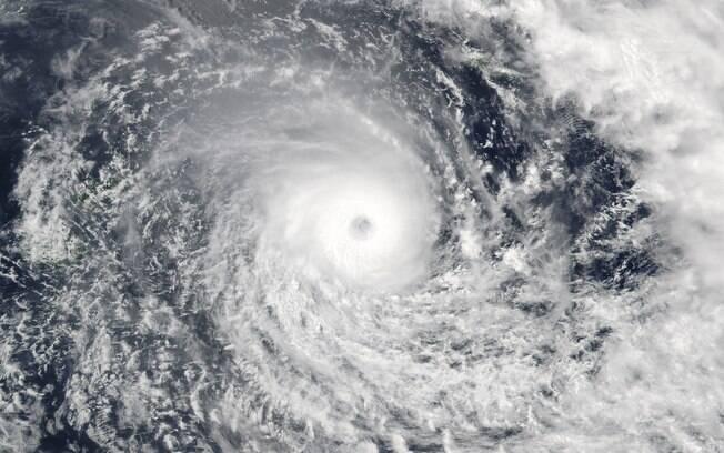 Imagem de satélite da Nasa mostra o ciclone Winston, que forçou população a evacuar suas casas